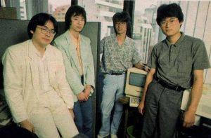 Satoru Iwata (à gauche), Masahiro Sakurai (2ème à gauche) et une partie de l'équipe de HAL Laboratory en 1987