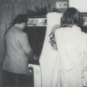 Masaya Nakamura (à gauche) joue à la borne Tank Battalion, à un salon consacré à l'arcade, 31 octobre 1980