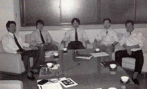 Une grande partie de l'équipe de R&D4 : Koji Kondo, Toshihiko Nakago, Shigeru Miyamoto, Takashi Tezuka et Hideki Konno