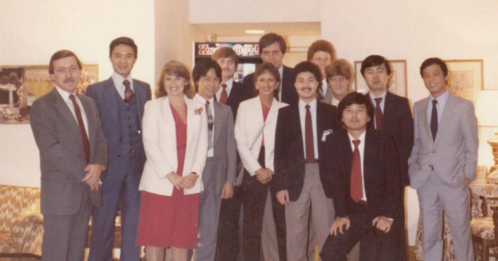 Une partie de l'équipe de Nintendo of America, en 1983, dont Minoru Arakawa (deuxième à gauche), Howard Lincoln (à l'arrière). On aperçoit également Shigeru Miyamoto (quatrième à partir de la gauche) et Genyo Takeda (deuxième à partir de la droite)